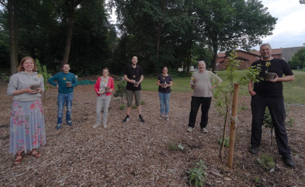 Die sieben Gründungsmitglieder im Waldgarten St. Urbanus